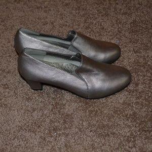 Sofwear Silver Low Heel Shoes Size 6M